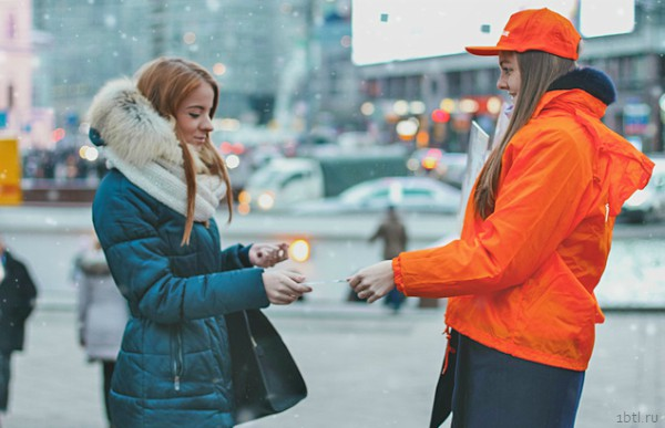 Раздача листовок на улицах Екатеринбурга